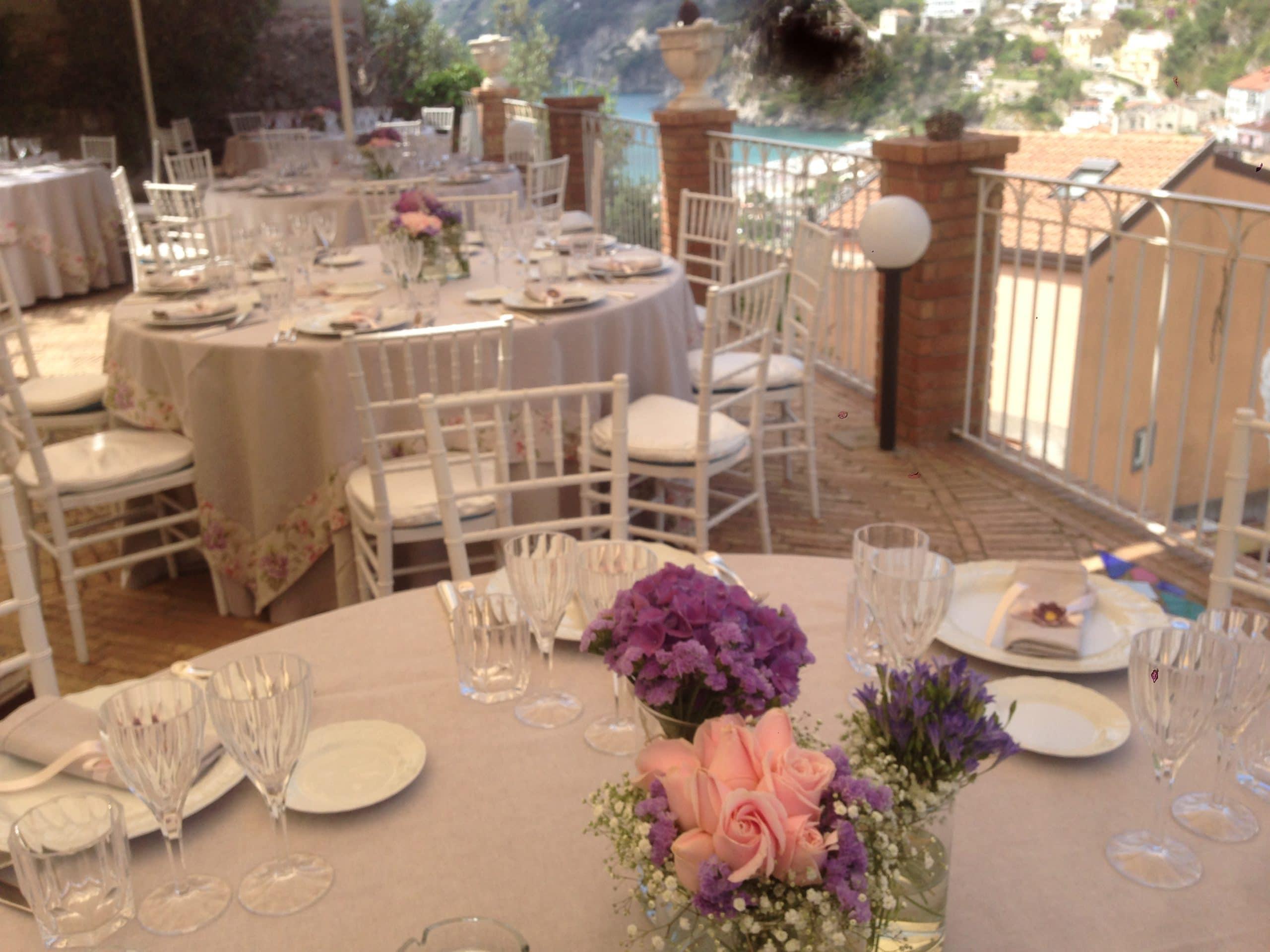 Allestimento tavolo nel giardino hotel vietri coast